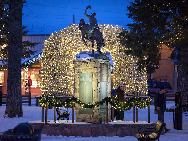 https://visitjacksonhole.imgix.net/images/Town-Square-Center-at-Night.jpg?auto=format%2Ccompress&crop=focalpoint&cs=strip&fillTransforms=1&fit=crop&fp-x=0.5&fp-y=0.5&h=450&q=80&w=600
